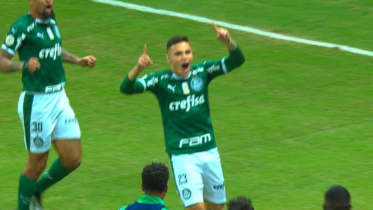 Gol do Palmeiras! Raphael Veiga bate pênalti com força e abre o placar aos 34 do 2º tempo