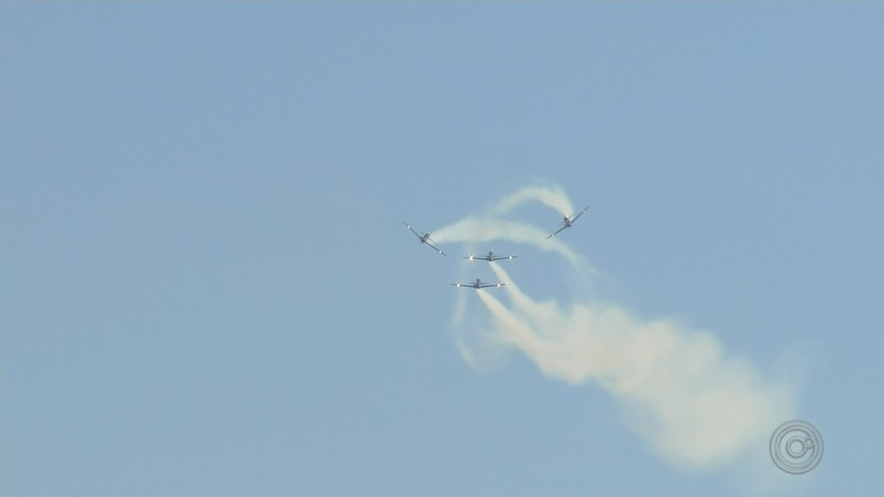 Apresentação da Esquadrilha da Fumaça encantou moradores de Bauru durante o Arraiá Aéreo