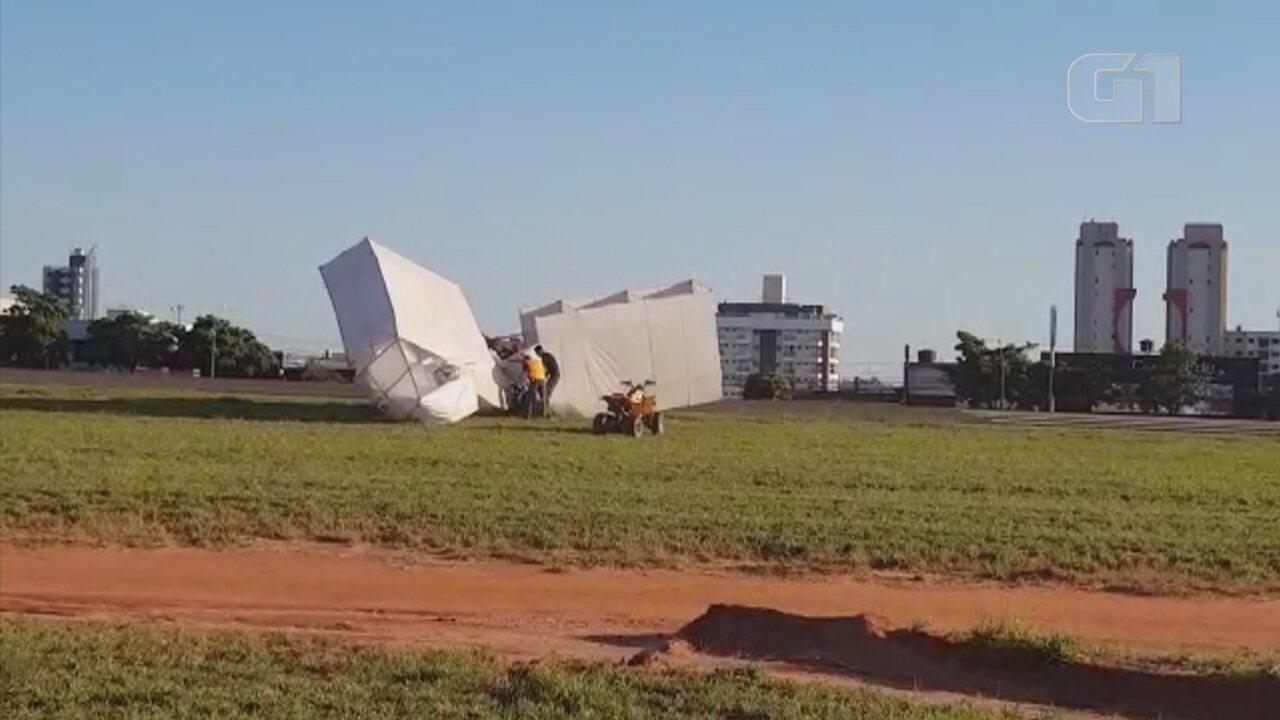Réplica do 14 Bis cai durante apresentação no Arraiá Aéreo de Bauru                 Crédito: Vicente Marcelo da Silva Oliveira/Divulgação