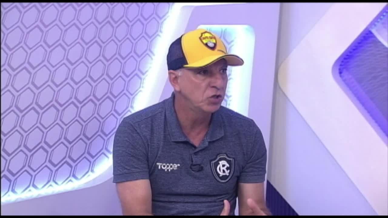 """Ex-técnico de Neymar sai em defesa do craque e aconselha: """"Sozinho ele não vai conseguir"""""""