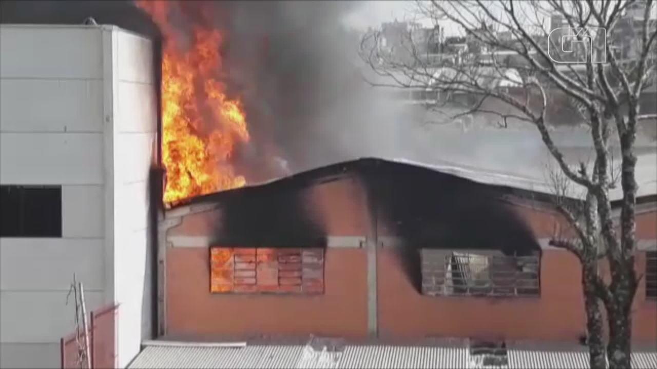 Incêndio atinge pavilhão de comércio de autopeças em Farroupilha