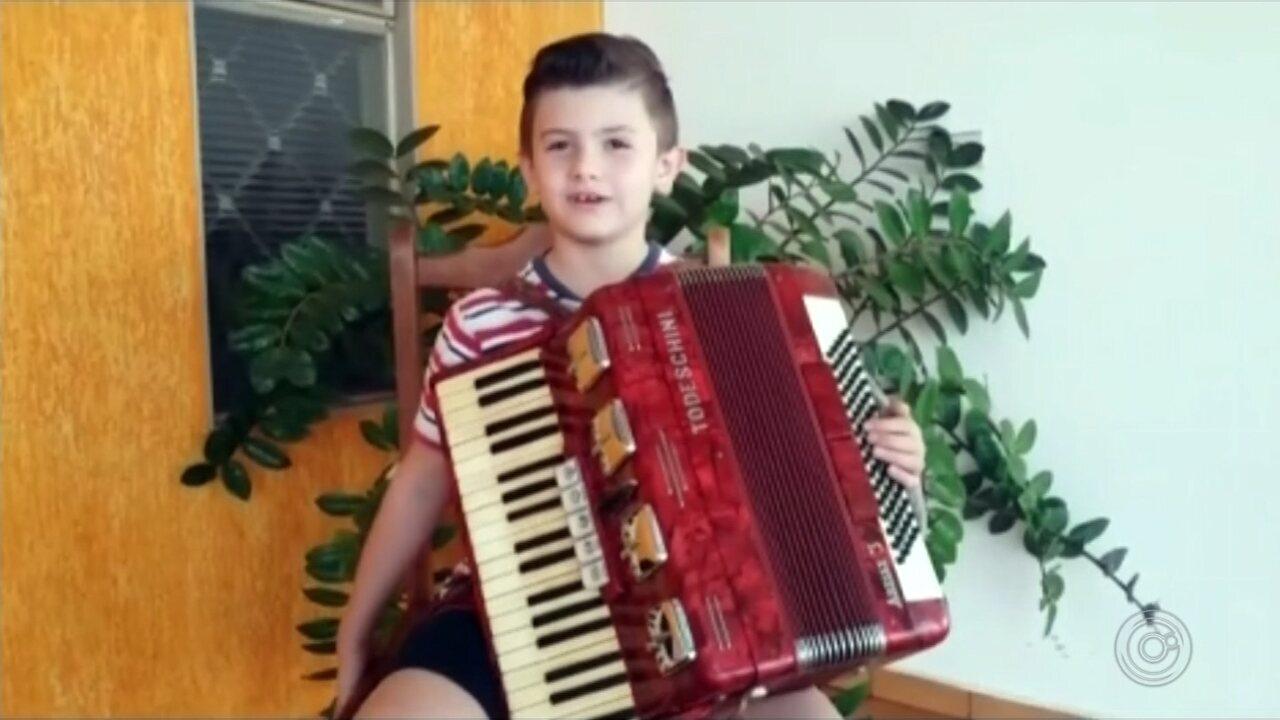 Menino de 7 anos aprende a tocar sanfona sozinho e se apresenta em show em Urânia