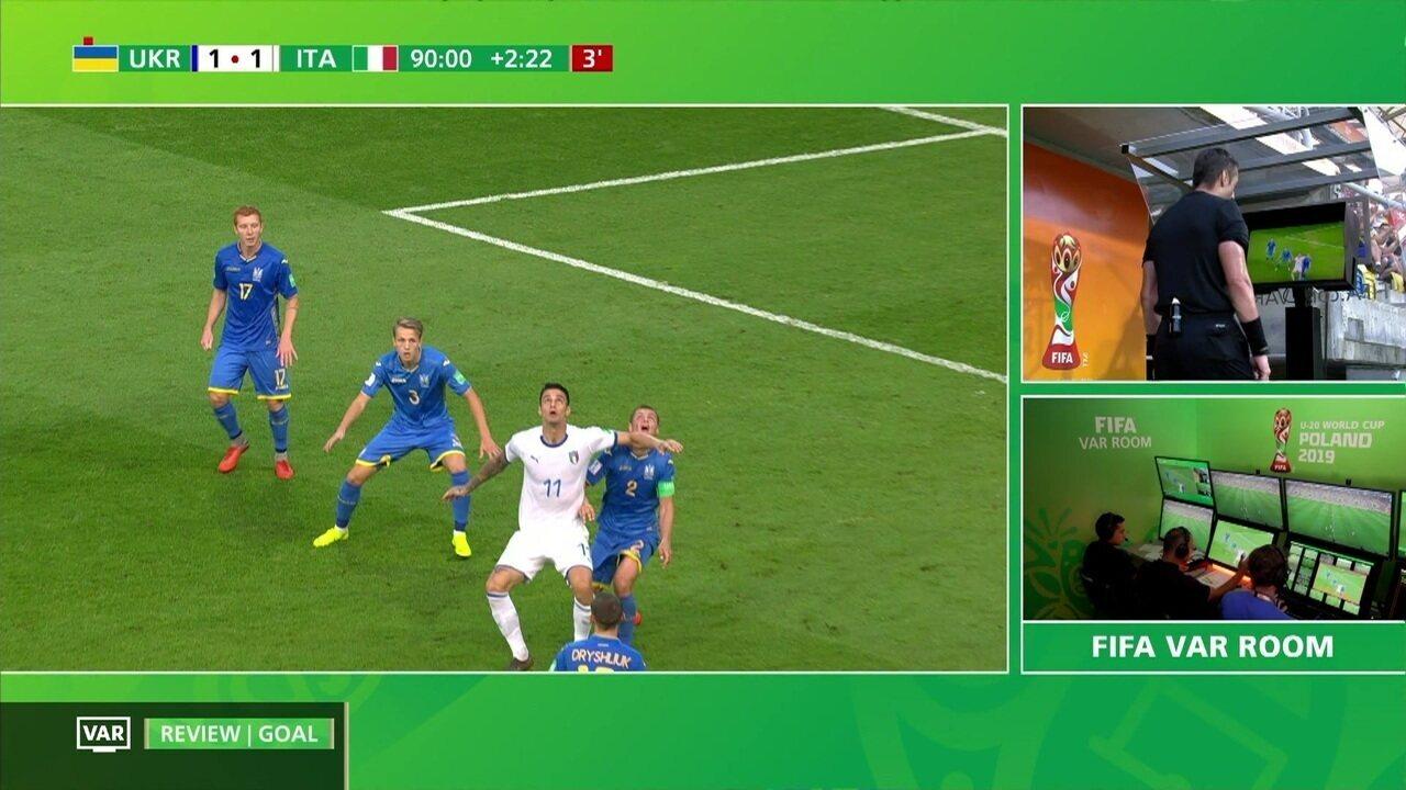 Árbitro brasileiro Raphael Claus anula gol de empate da Itália após revisão no VAR