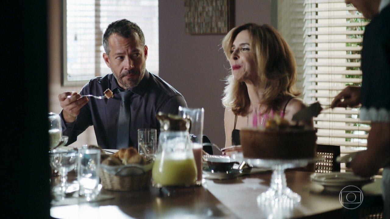 Agno (Malvino Salvador) e  Lyris (Deborah Evelyn) na novela