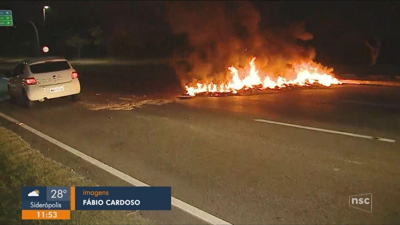 Barricadas com fogo em pneus causam bloqueios no trânsito de Florianópolis