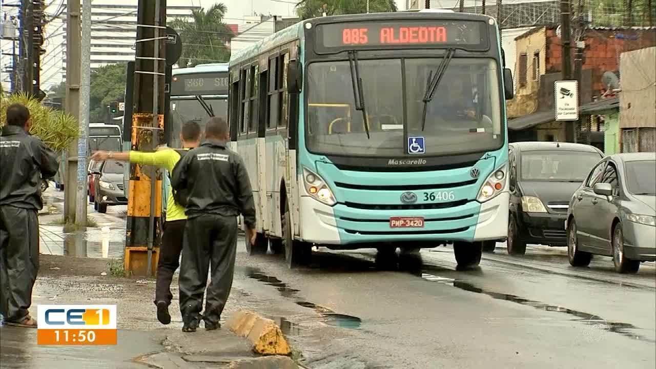 Dia de paralisações. Passageiros são obrigados a descer dos ônibus