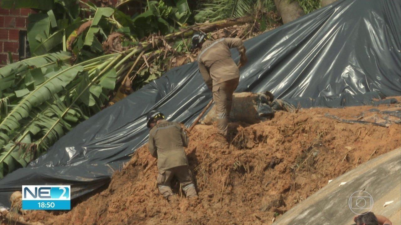 Corpos são retirados da área de deslizamento de barreira que matou cinco pessoas