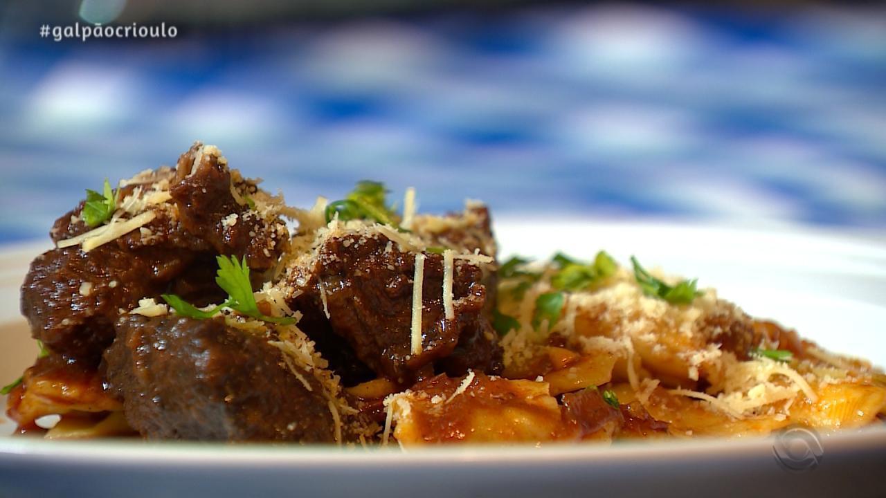 Daniel Torres prepara Ravioli com Carne de Panela no quadro Cozinha de Galpão