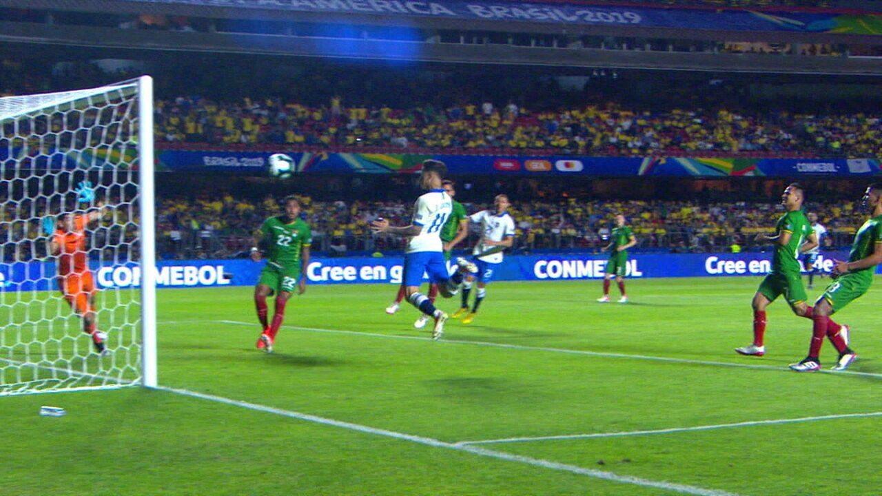 Veja a assistência de Firmino para gol de Philippe Coutinho na vitória do Brasil sobre a Bolívia