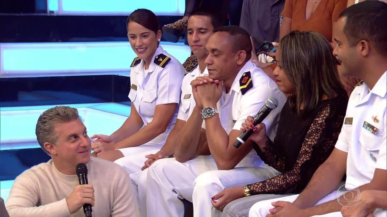 Luciano parabeniza missionários da Marinha por trabalho na Amazônia no palco do Caldeirão