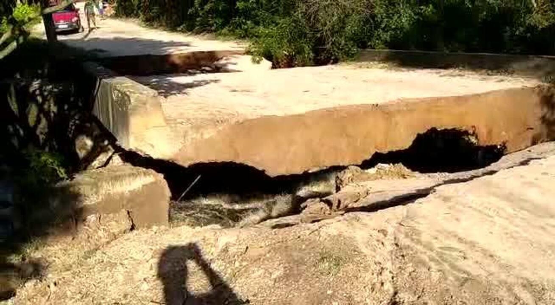 Chuva derruba ponte que liga comunidades em Caucaia, no Ceará