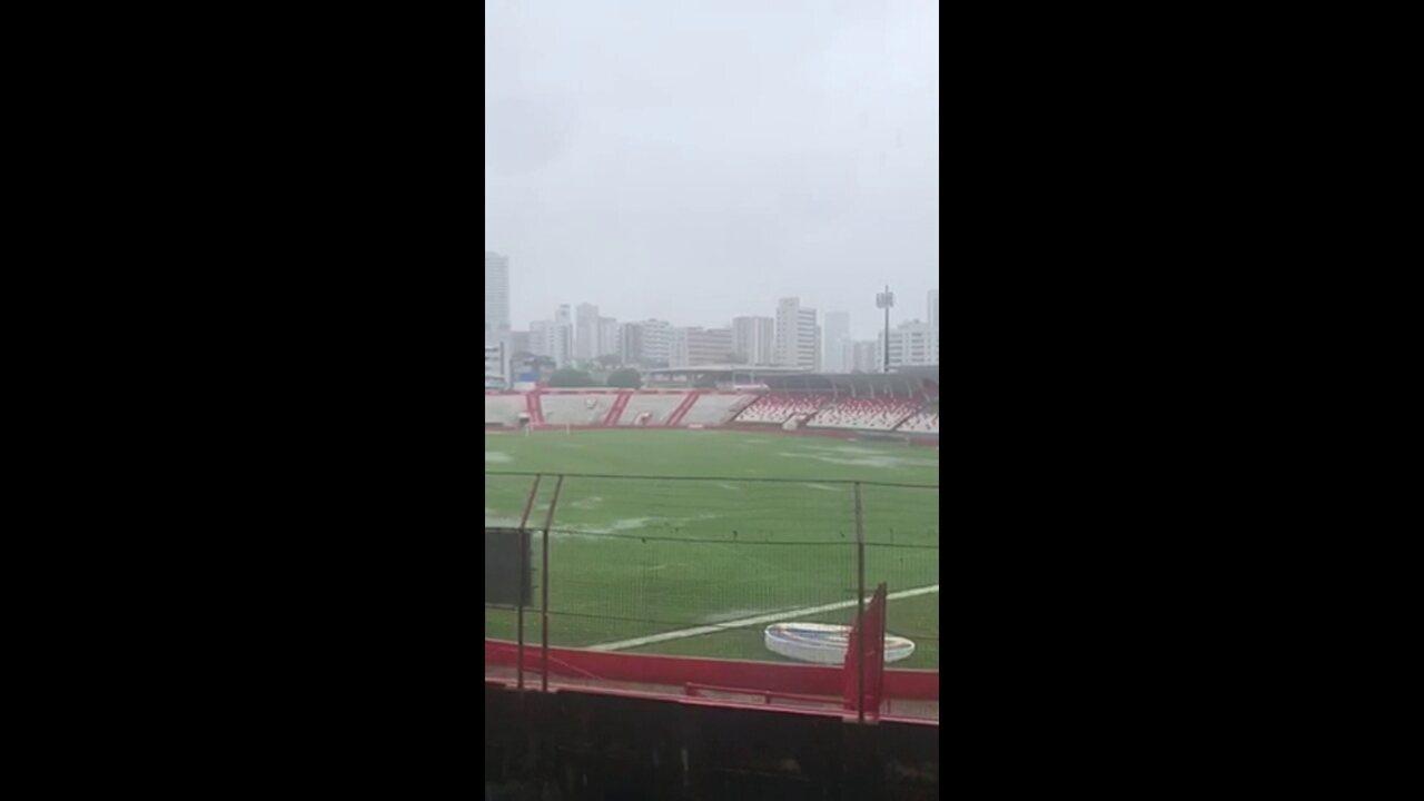 Campo do Náutico alagado por conta das fortes chuvas que caíram no Recife