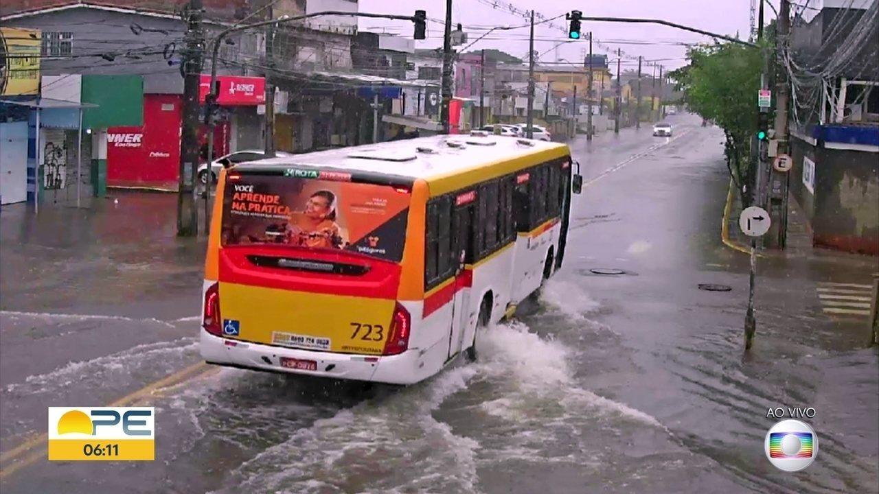Chuva alaga ruas e suspende aulas na Região Metropolitana do Recife