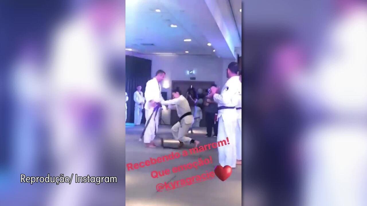 Malvino Salvador recebe faixa marrom de jiu-jítsu da esposa Kyra Gracie