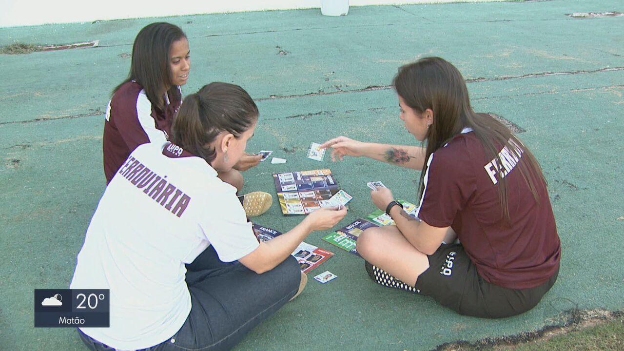 Meninas de Araraquara colecionam figurinhas com as jogadoras da Copa do Mundo Feminina
