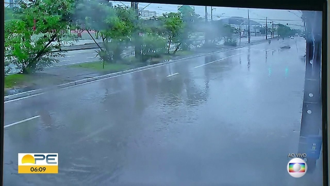 Chuva alaga vias da capital pernambucana