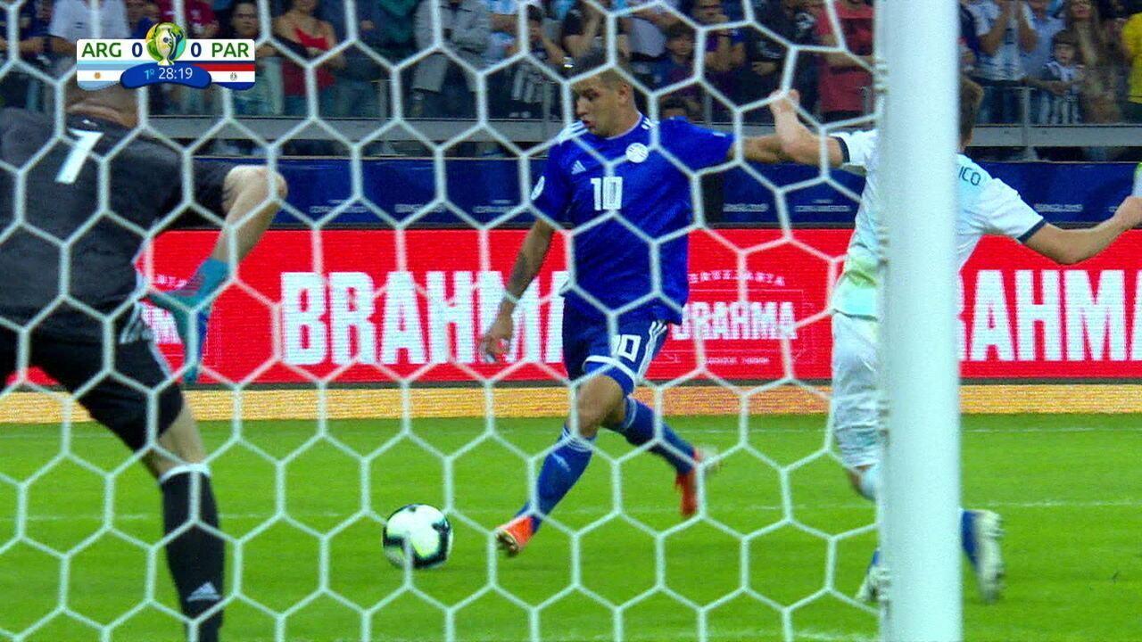 Derlis González é lançado, bate cruzado, a bola desvia e vai pra fora, aos 28' do 1º tempo