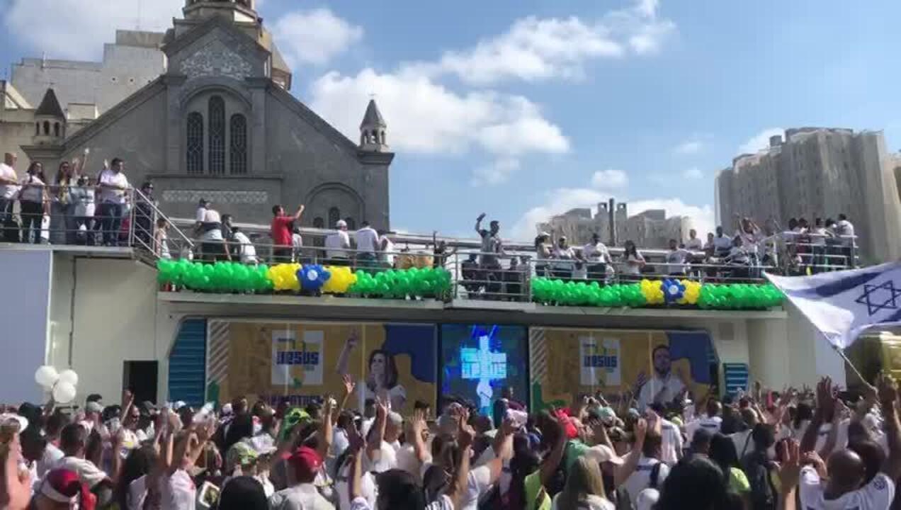 Trio elétrico desfila na Marcha Para Jesus em São Paulo