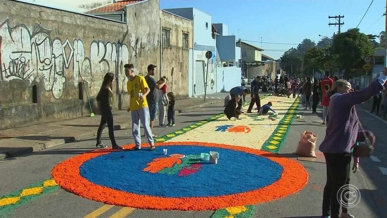 Corpus Christi: montagem de tapetes mobiliza vários fiéis na região