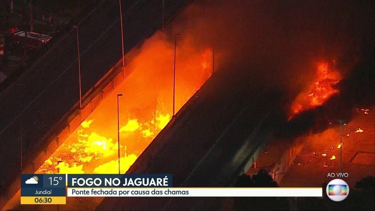 Incêndio atinge ponte do Jaguaré, na Marginal Pinheiros
