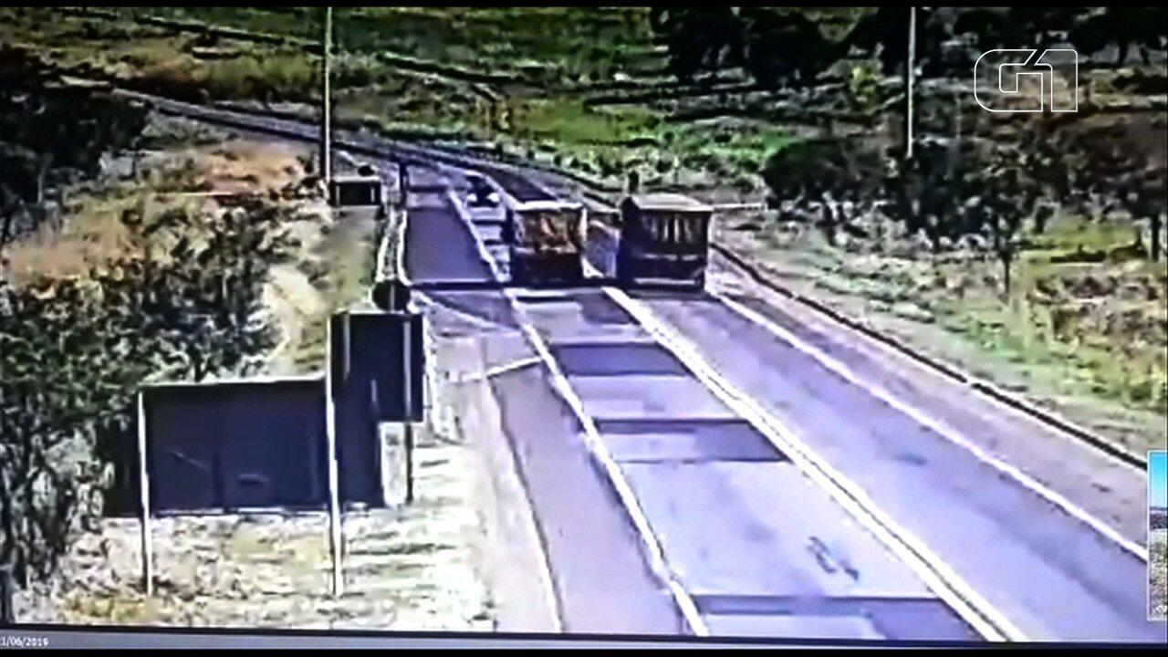 Caminhoneiro leva R$ 4,5 mil em multas ao ultrapassar em área proibida e 'jogar' carro