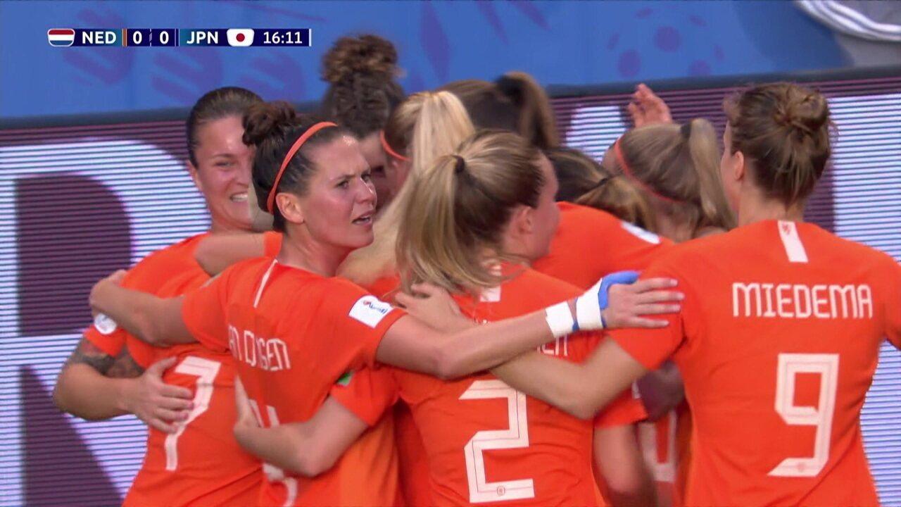 Gol da Holanda! Martens aproveita escanteio e desvia de lado para abrir o placar, aos 16' do 1º tempo