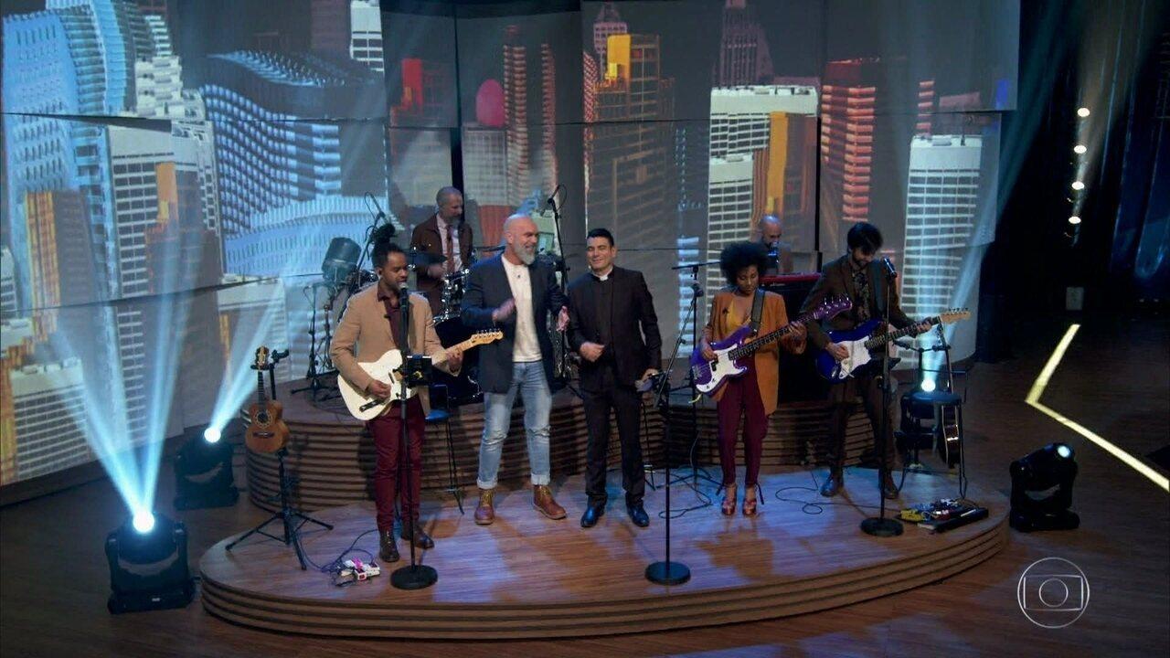Padre Juarez e o pastor Pedrão encerra o programa cantando com a banda do 'Conversa'