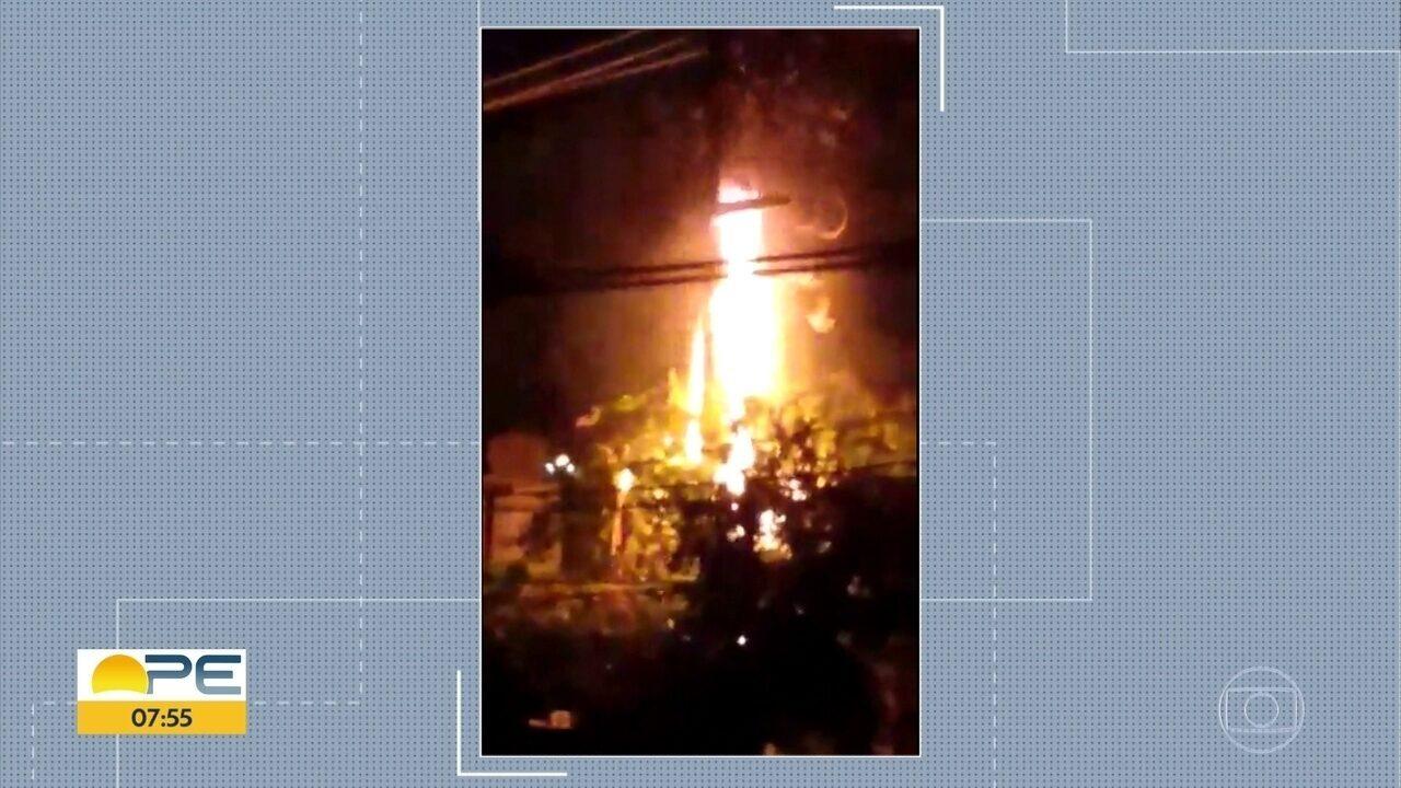 Vídeo mostra poste pegando fogo em Olinda após curto-circuito