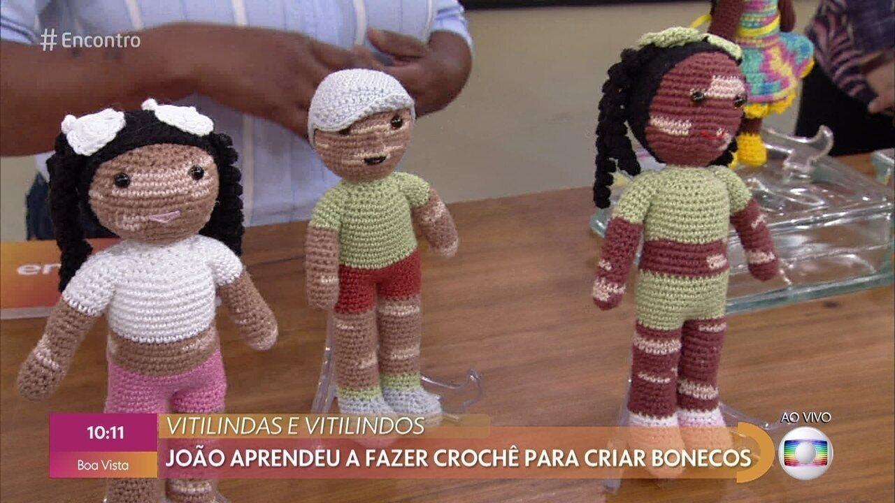 João aprendeu a fazer crochê para fazer bonecos inclusivos