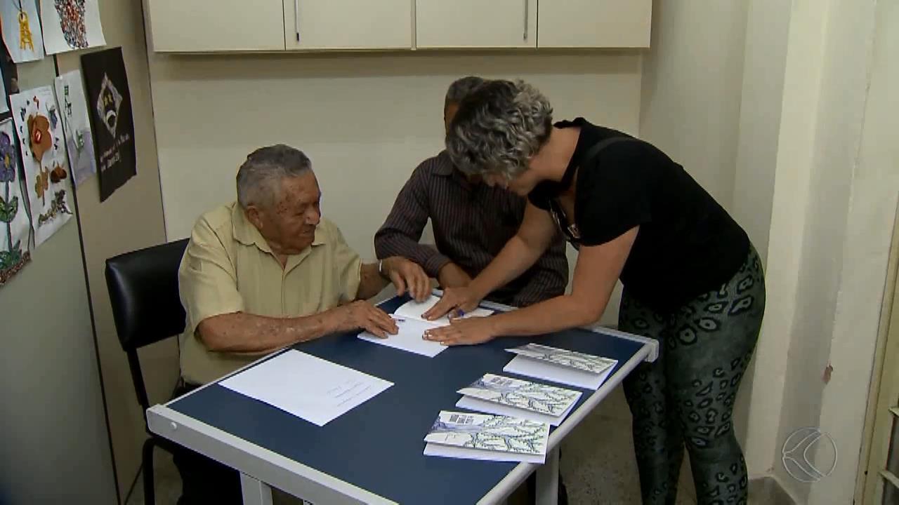 Idoso que se formou no ensino médio aos 91 anos lança livro de poesia em MG