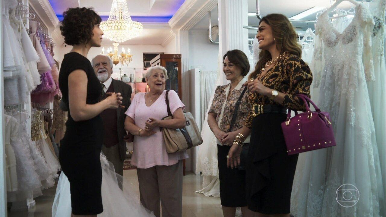 Antero leva Maria da Paz para comprar seu vestido de noiva