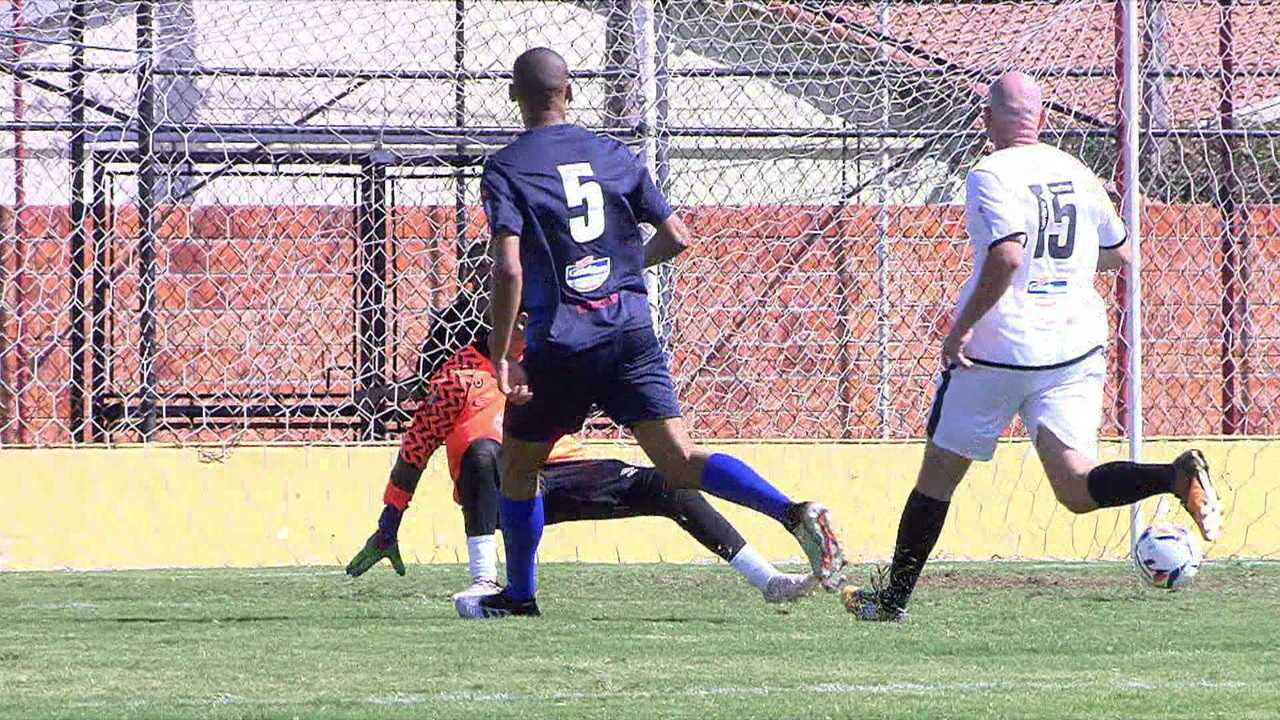 Gol dos Amigos do Deco: Fabinho recebe na frente e vira o marcador: 2 a 1