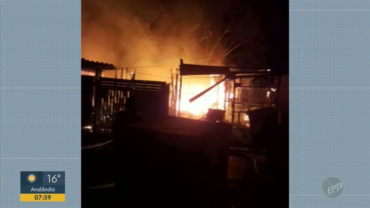 Incêndio atinge uma casa na Vila Gênesis em Campinas
