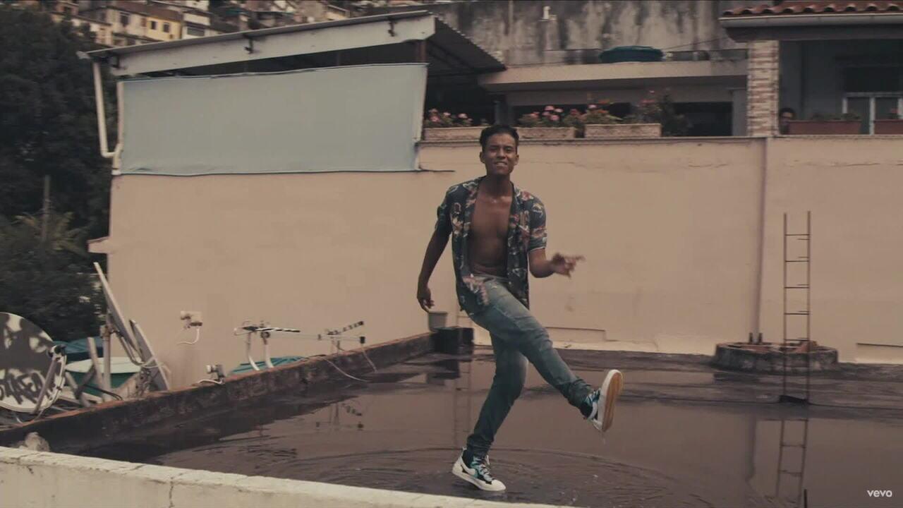 Sobrinho de Michael Jackson, Jaafar Jackson lança clipe gravado em comunidade do Rio