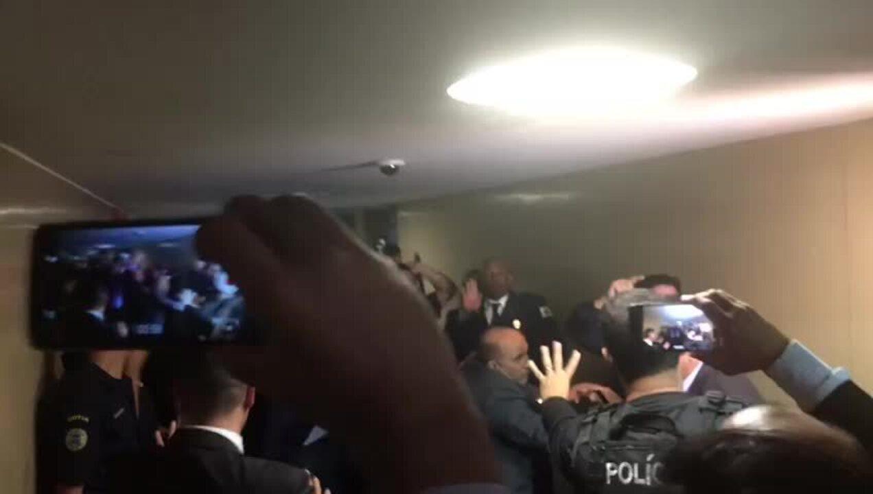 """Manifestantes gritam """"Bolsonaro traidor"""" ao deixarem comissão da Previdência"""
