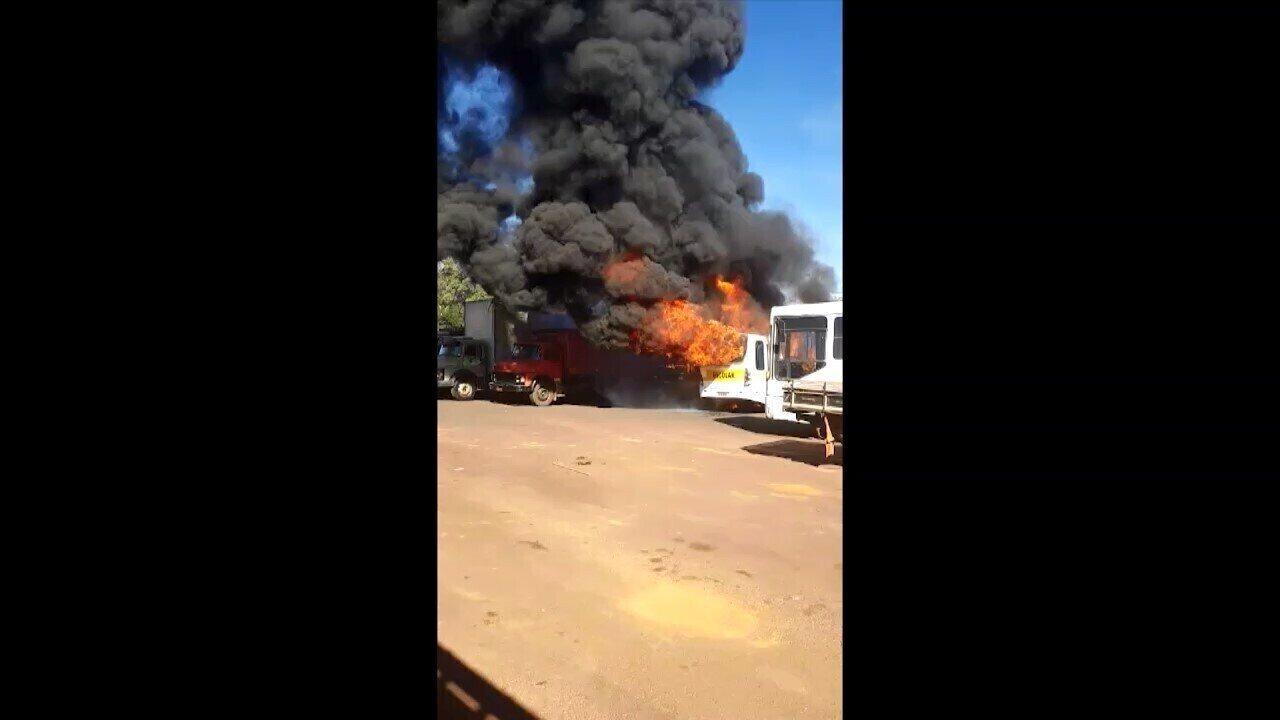 Fogo destruiu o veículo que estava estacionado em um posto de combustíveis. Vídeo: Redes Sociais/Divulgação