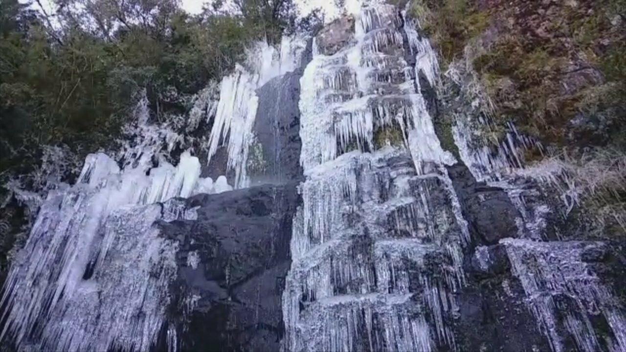 Cascata do Morro das Torres em Urupema fica parcialmente congelada