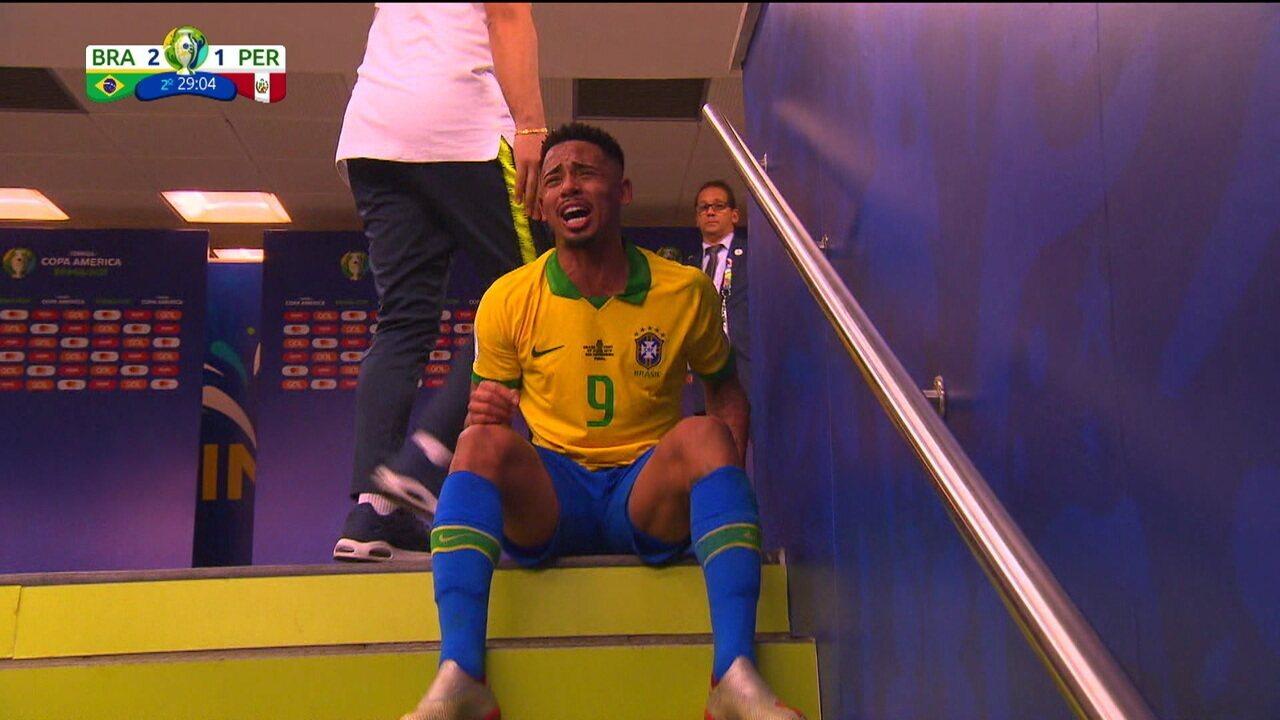 Com raiva pela expulsão, Gabriel Jesus soca banco de reservas e fica chorando no túnel de acesso ao campo