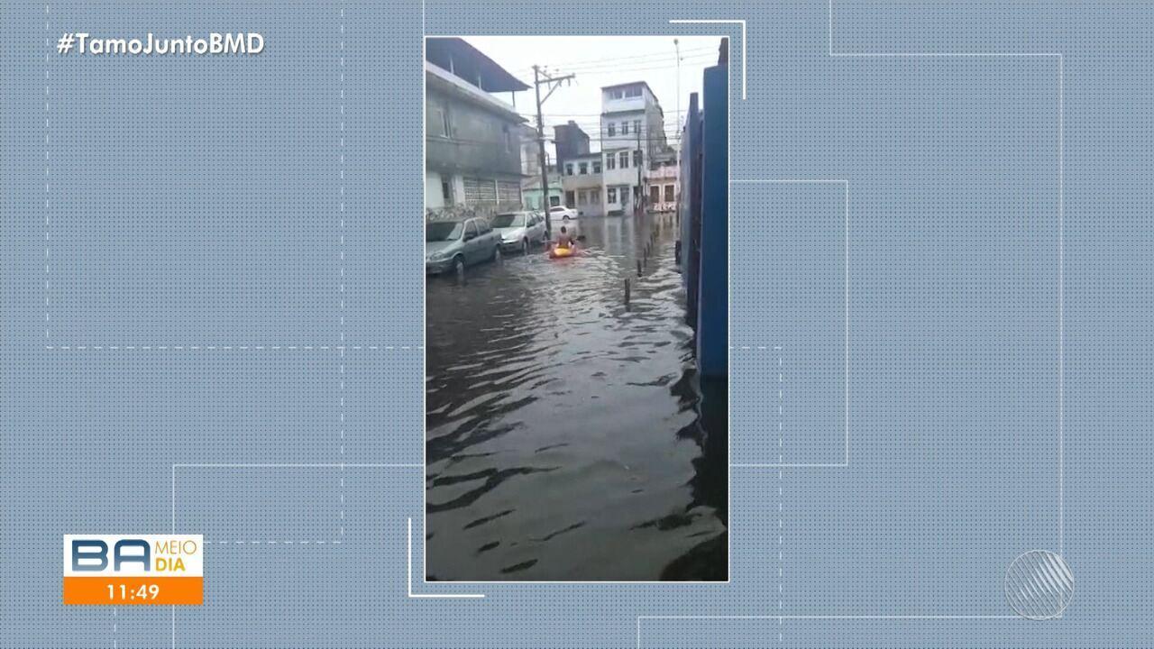 Morador da Ribeira usa caiaque para sair de casa em dia de temporal