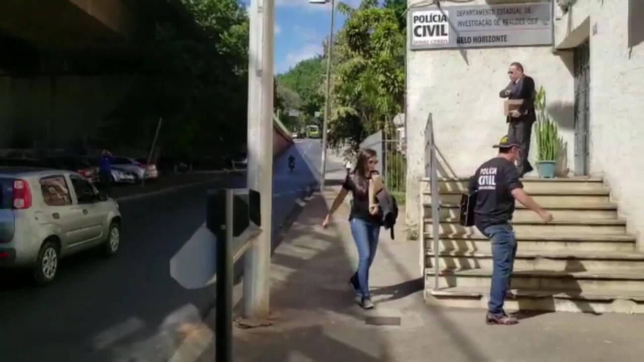Policiais chegam a delegacia em BH com computadores recolhidos em operação no Cruzeiro