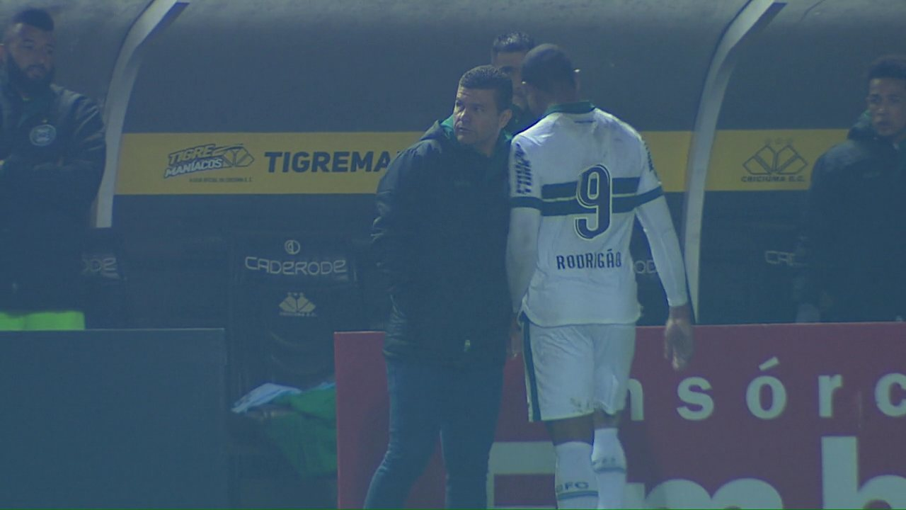Rodrigão deixa o campo em jogo contra o Criciúma