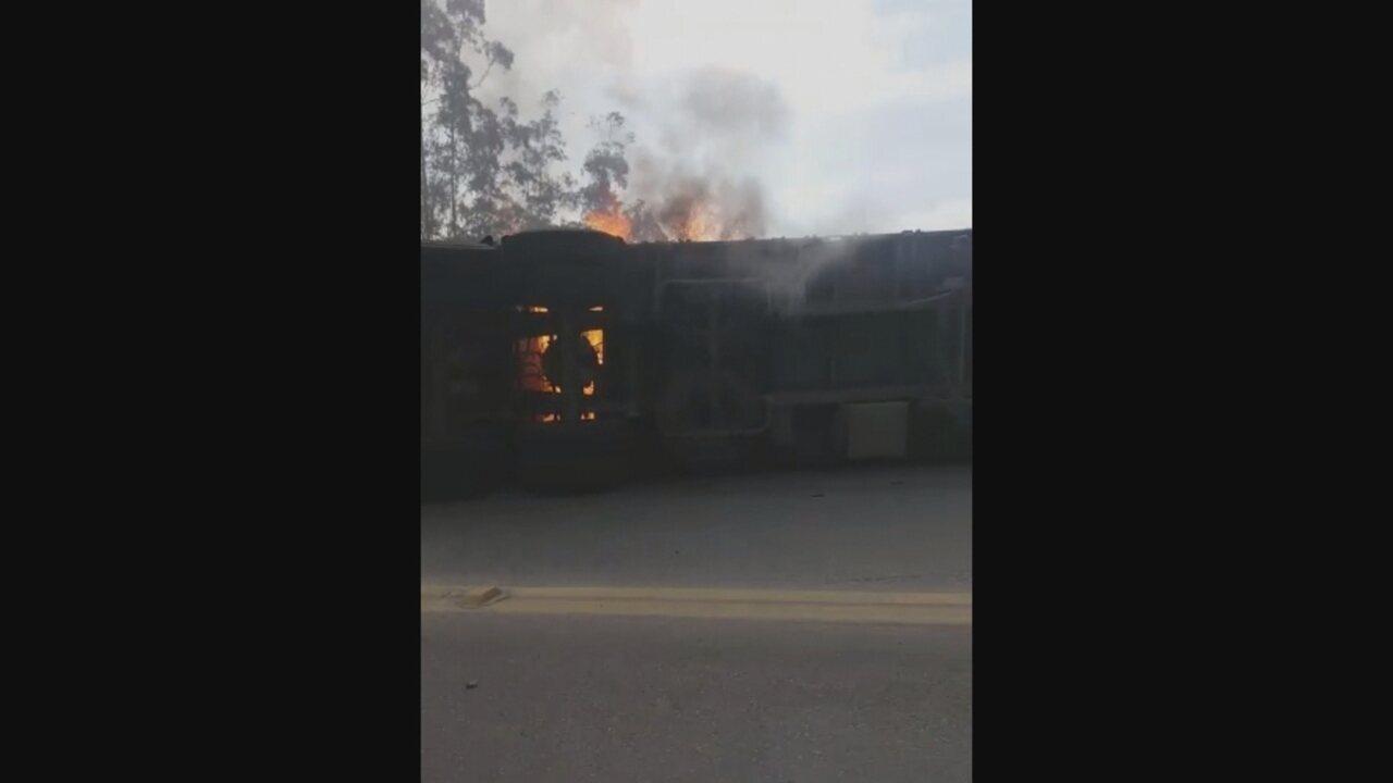 Carreta tomba e pega fogo na BR-470 em Ibirama