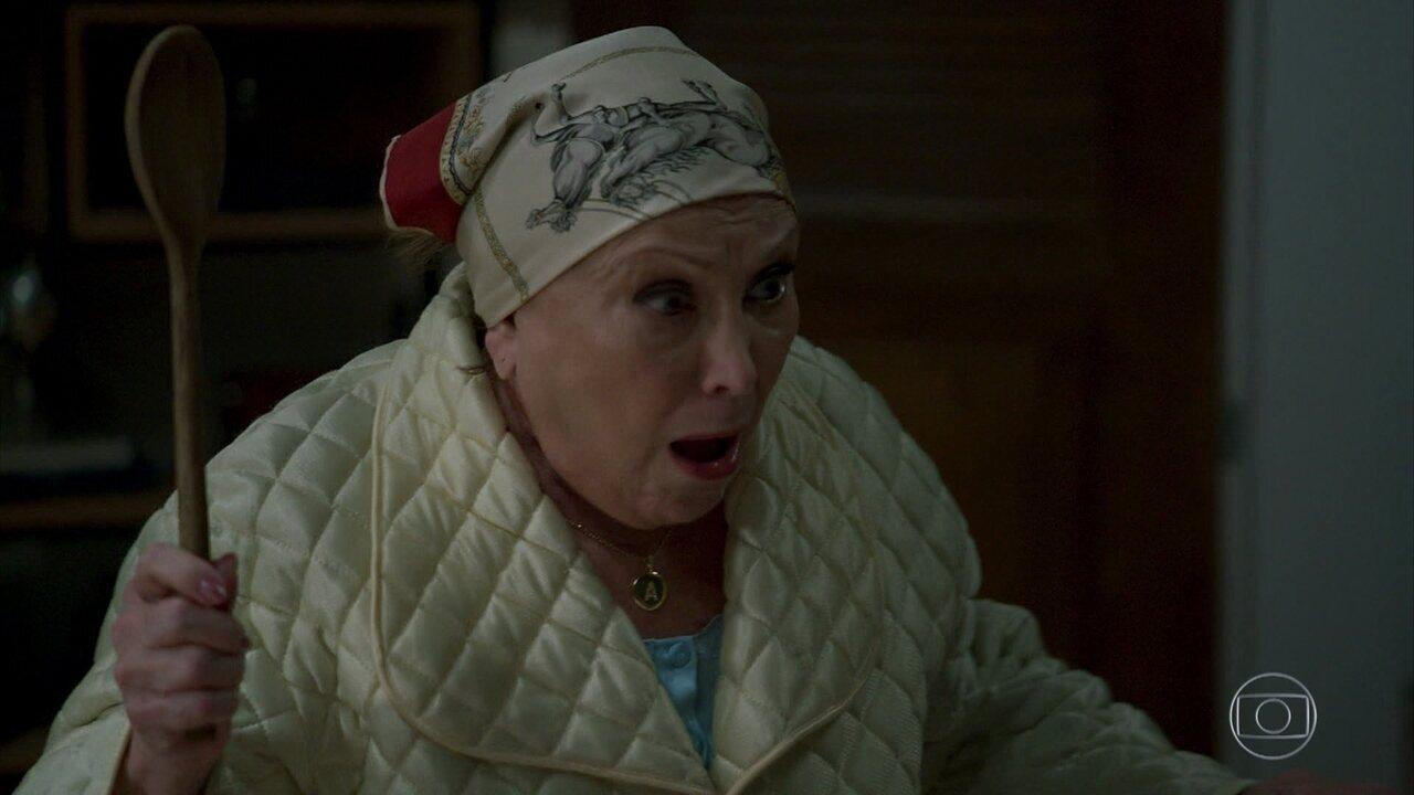 Ester desmaia ao flagrar Latifa no quarto de Abner