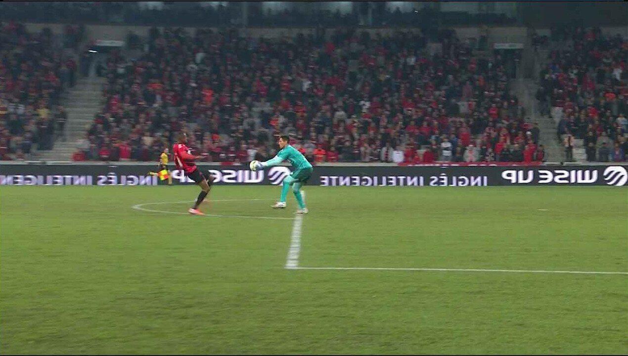 Cirino pressiona Diego Alves, na entrada da área, o goleiro pega com a mão no limite da grande área, aos 10' do 1º tempo