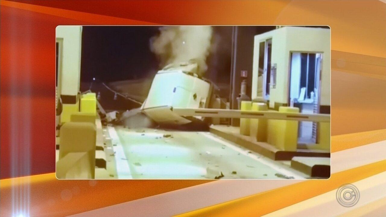 Homem morre após perder controle do carro e bater em mureta de pedágio em Avaí