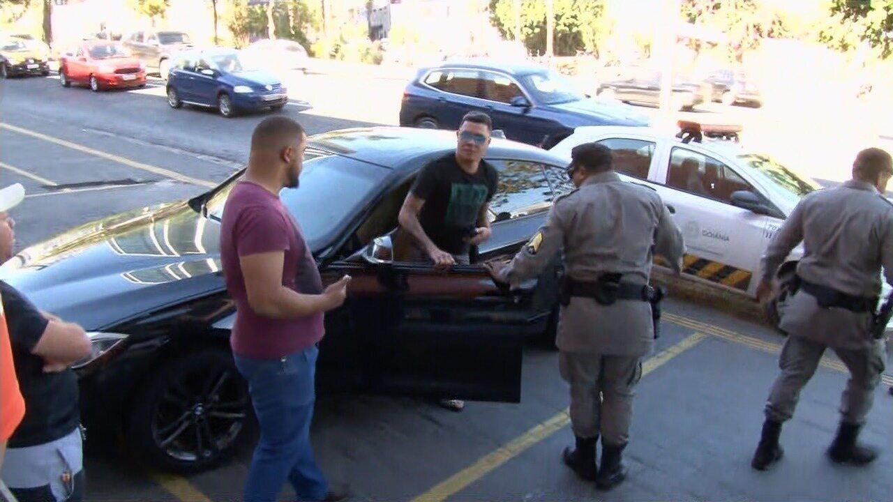 Felipe Araújo sai de carro em que estava dormindo no meio de avenida