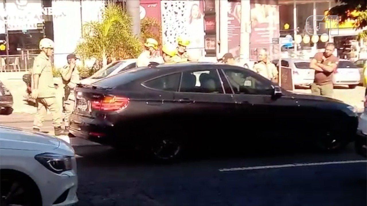 Video mostra Felipe Araújo dormindo dentro do carro em avenida de Goiânia