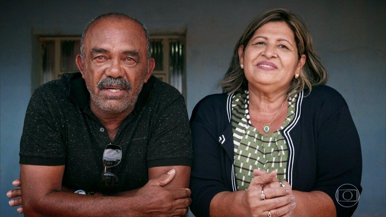 Daniel Alves se emociona com depoimento de pai, mãe e irmão