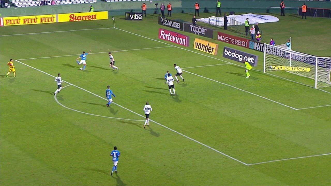 Zé Roberto manda chute direto para o gol, mas Muralha espalma, aos 5' do 2º Tempo