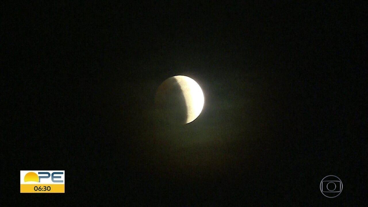 Eclipse lunar parcial chama a atenção no Recife